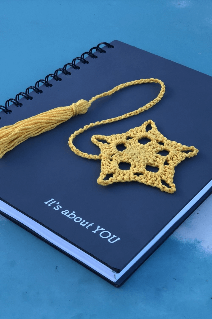 Free Crochet Book Mark Pattern. This pattern works up super fast and can be made using any yarn weight of choice.